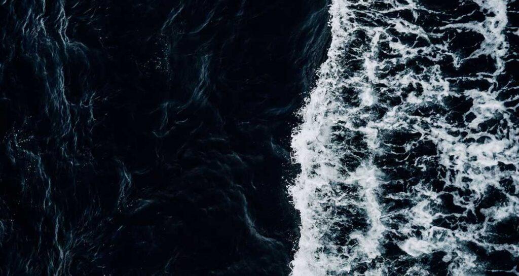 La corrente e le onde del mare.